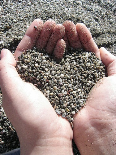 Love_Making_Heart_ Shape_From_Sand_In_Hand_(TheZeroLife.Com)