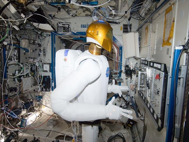 Robonaut Operates_Task_Board_in_Space_NASA_Image_(TheZeroLife.Com)