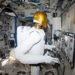 Robonaut Operates_Task_Board_in_Space_NASA_Image_(TheZeroLife.Com)